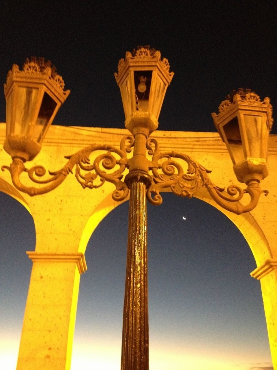 low angle view, history, architecture, built structure, travel destinations, night, outdoors, architectural column, no people, triumphal arch, clear sky, sky, close-up