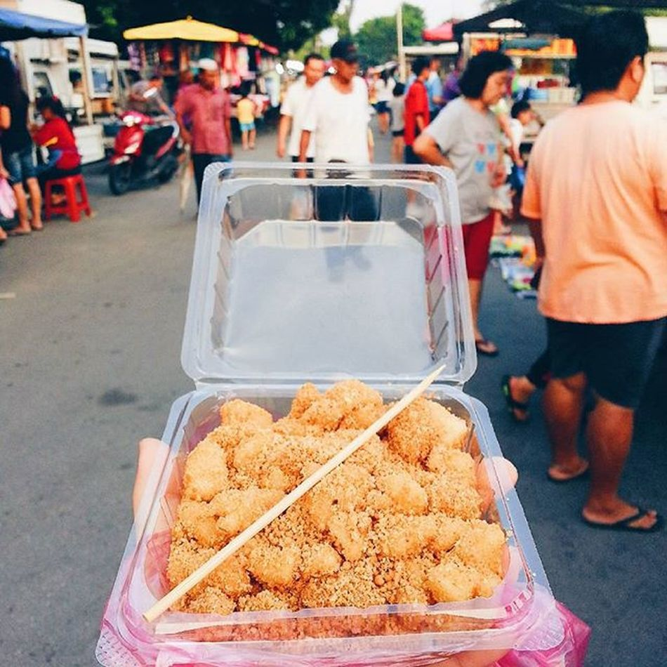One of my favourtite street food is no other than Mochi - a Japanese rice cake made of glutinous rice. Normally, mochi is prepared and cooked during special occasions such as Japanese New Year. There are different types of filing in mochi such as red bean, white bean and even whole strawberry. However, mochi in Japan and Malaysia has some differences. In Malaysia, it can be found as street food everywhere during whole year round. 😚 😚 😚 😚 Mochi Streetfood Favourite Rice Lovely Delicious YumYum Japanese  Food Foodporn Foodhunter Girleatworld Girleatpenang Vscophile Vsco_hub Vscocam VSCO Streetfood Worldwide