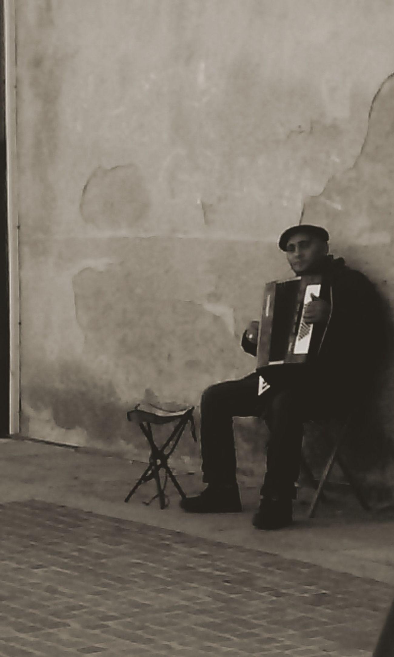 Musicien qui joue dans les rues pour le bonheur des passants. Photo