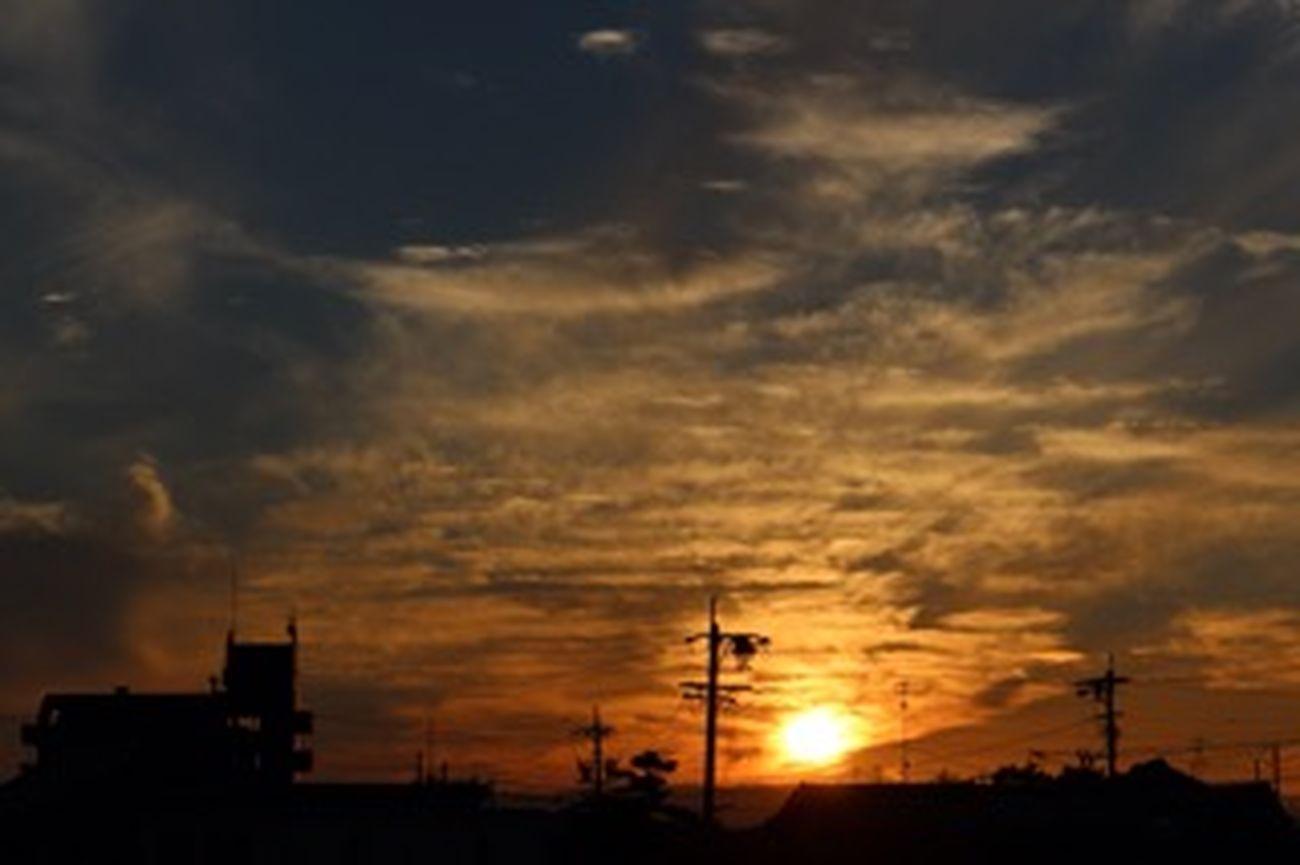 Relaxing Relaxing ものおもい 夕陽 夕焼け 日暈 空の日の今日の夕暮れの街