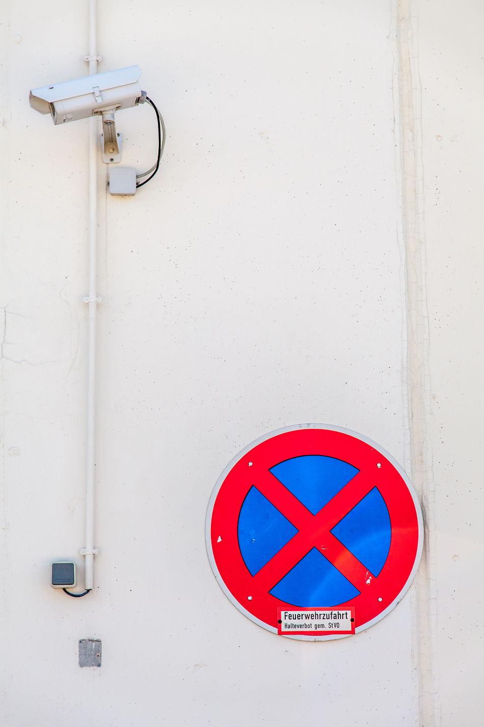 Camera Day Halteverbot Minimalist Architecture No People Outdoors überwachungskamera Halteverbot Verkehrszeichen