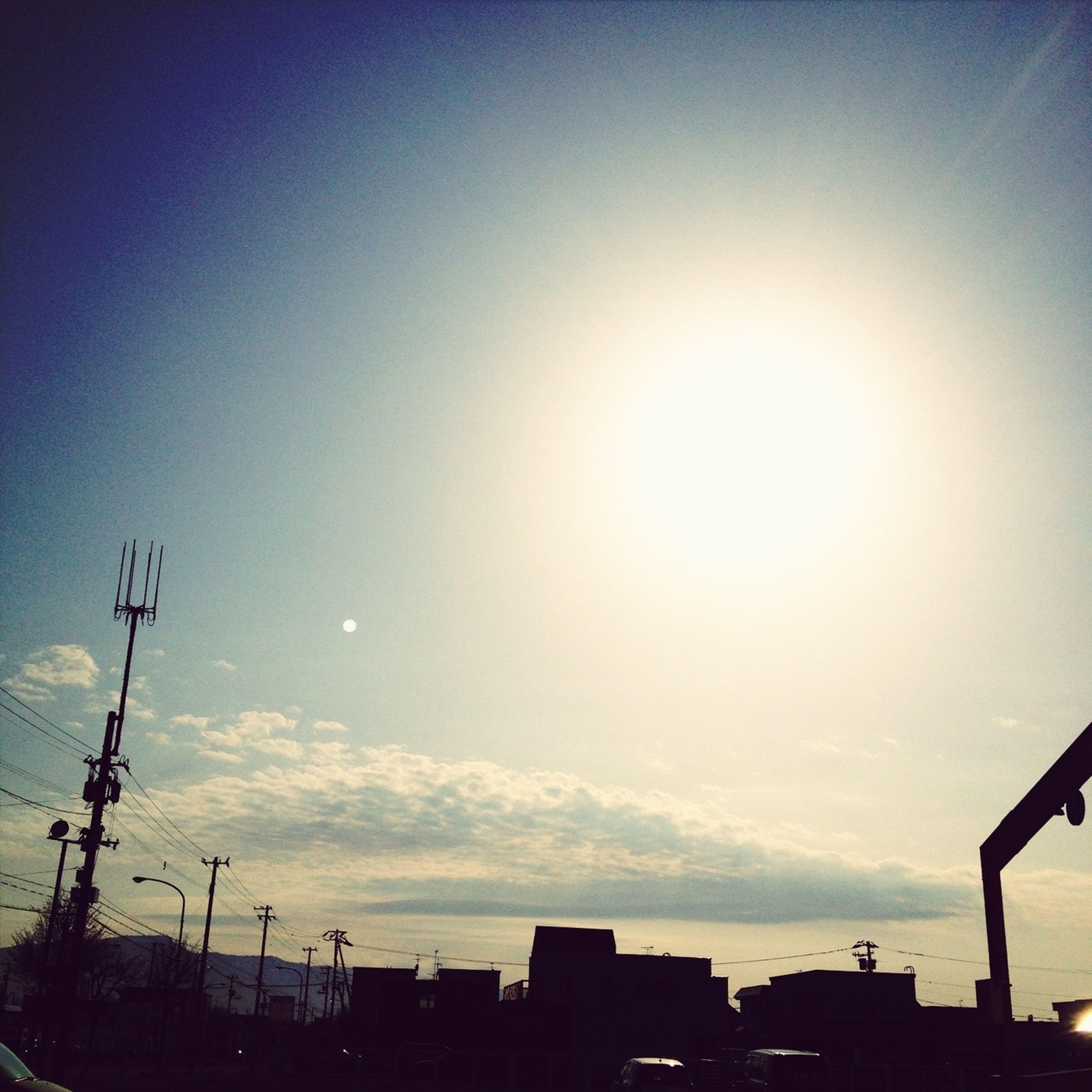 sun, transportation, sunbeam, sunlight, mode of transport, lens flare, car, sky, land vehicle, silhouette, clear sky, sunset, street light, built structure, bright, outdoors, copy space, sunny, building exterior, road