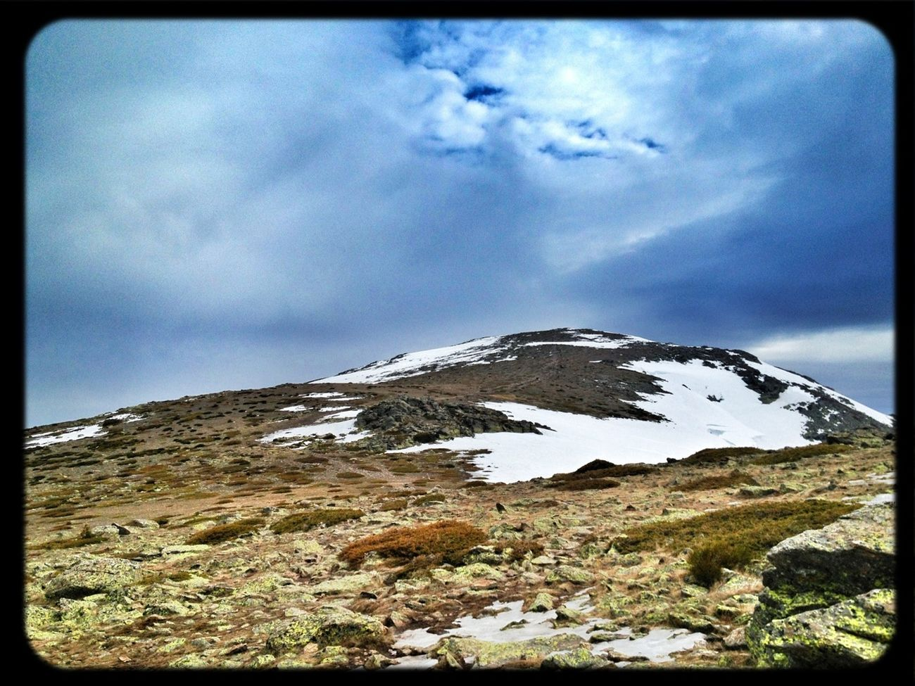 Última Subida A Peñalara De La Temporada Con Los Esquíes (a La Espalda) #esquídemontaña #skimo #skimountaineering #dynafit #amanecer #sunrise #mountain #ilovemountains #training #gasss #DynaTour #Ascent #Regram #skinning #Dynafitting #WIN #sinfiltros