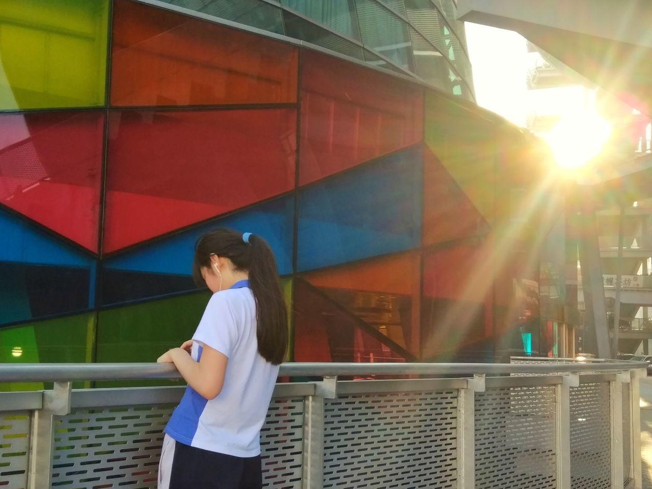 阳光下 Real People One Person Lifestyles Leisure Activity Standing Day Outdoors Architecture