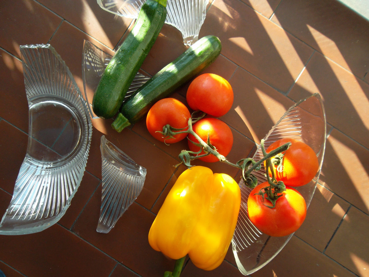 Quando hai le mani di pattona... sig ArtWork Break - Fruit Dish Courgette Crash Crumble Day Food Food And Drink Freshness Fruit Dish Healthy Eating Indoors  Ingredient Mypointofview Naturelovers No People Pepper Tomatoes Vegetables Vegetables Of EyeEm Vegetables On Floor Vegetarian Food Yellow