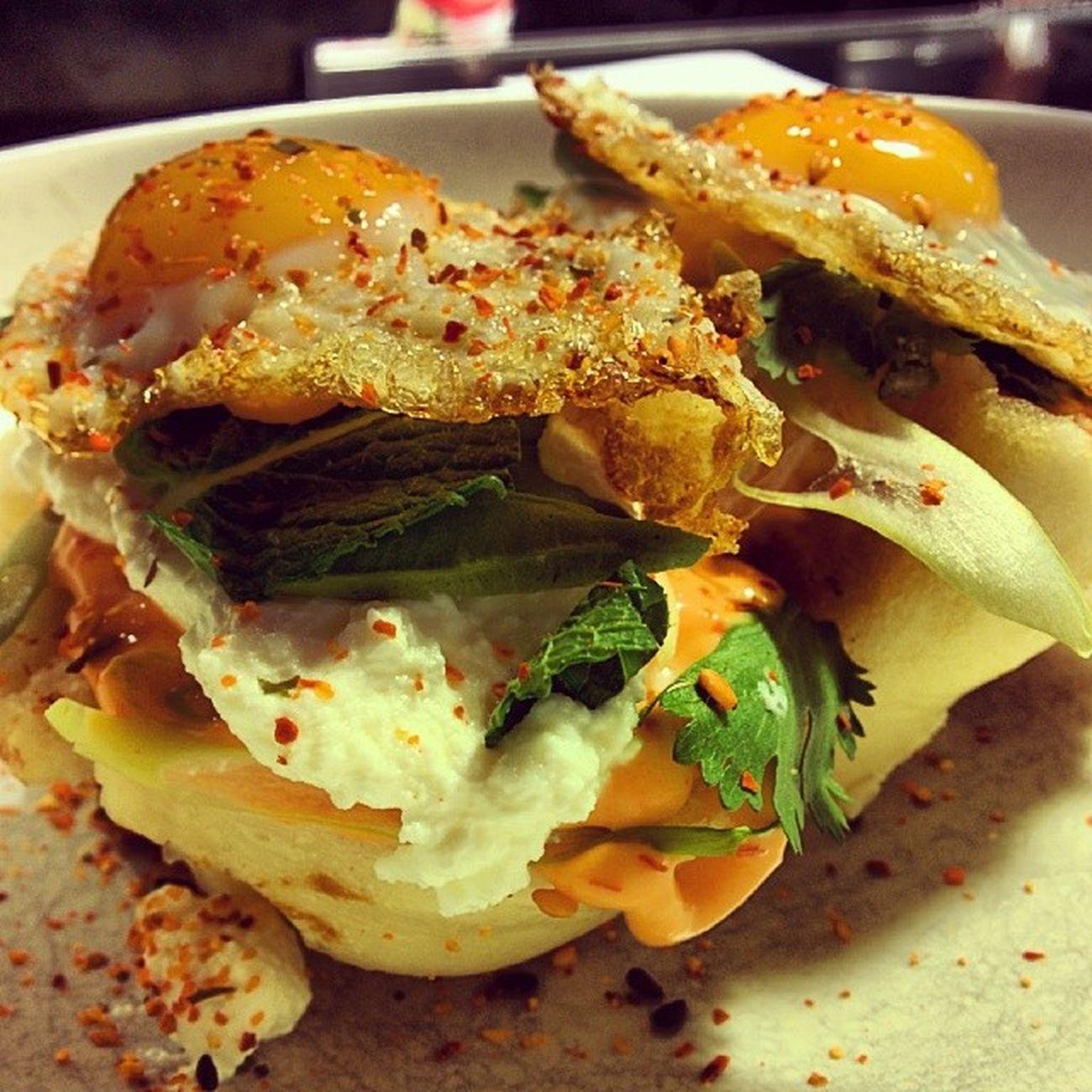 Sandwich club según StreetXO! Ricota, huevo frito de codorniz y sichimi-togarashi. Bueno, muy bueno. Sandwich Aitoespanja