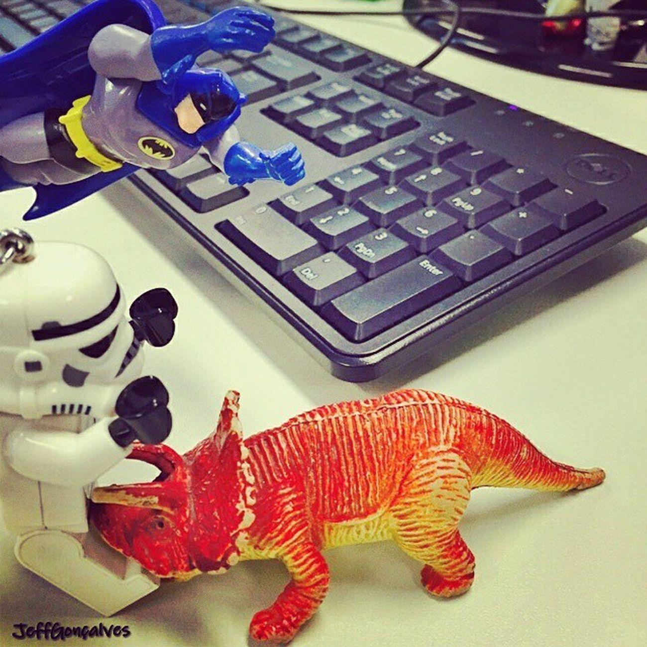 """Da serie """"o O dia foi salvo...."""" Batman Stormtrooper Dino Tarde  Descontração Nerd"""