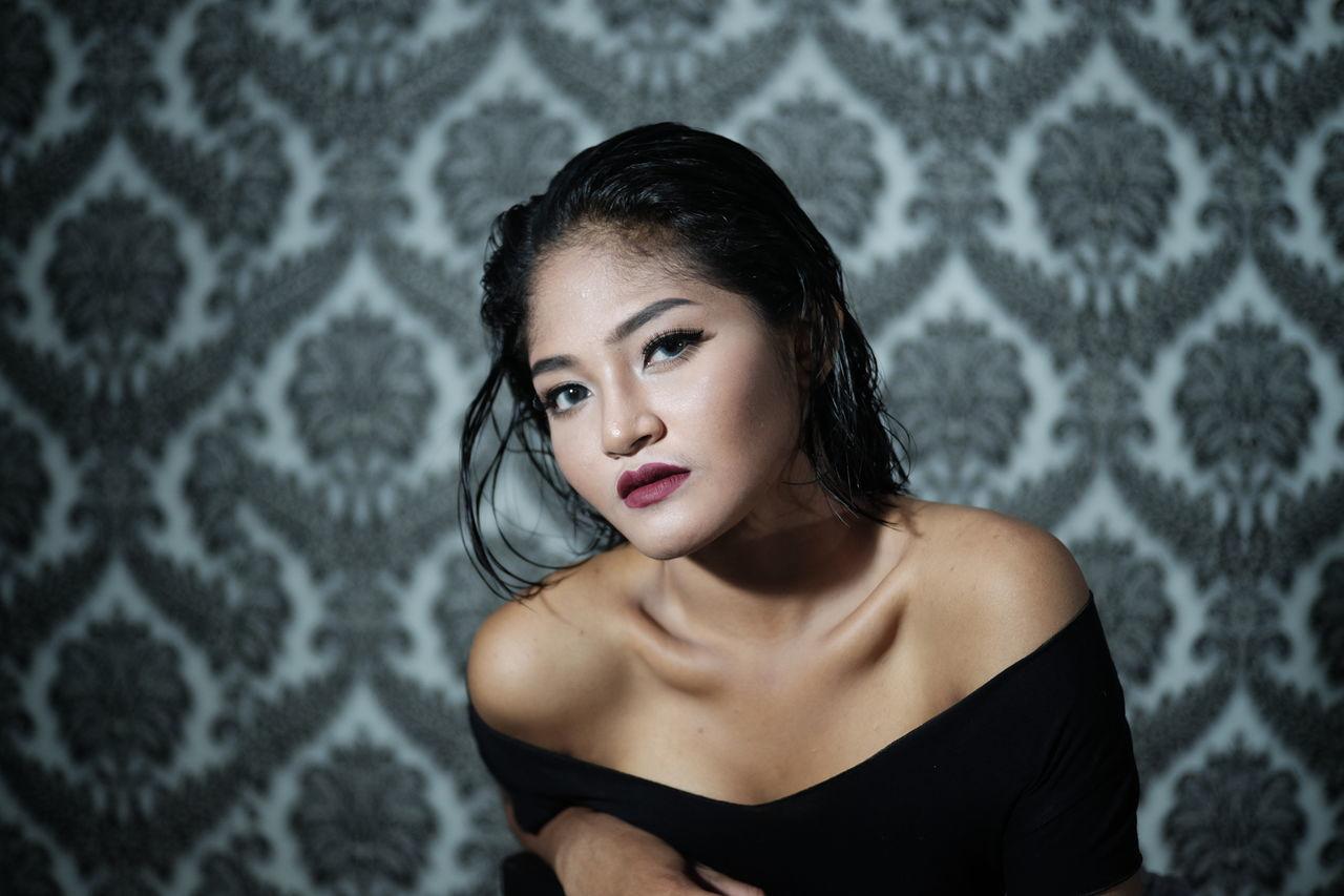 Portrait Beautiful Woman Close-up Beauty Indoors  The Portraitist - 2017 EyeEm Awards Human Face Exotic Beauty  Excotic Girl The Portraitist - 2017 EyeEm Awards