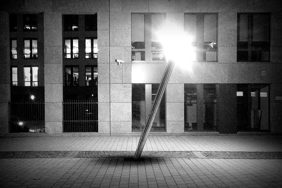 Same place, less light, no man :: Lampost Monday Creative Light And Shadow Lamppost Monday Nightshift Nightphotography Blackandwhite Schief Cities At Night