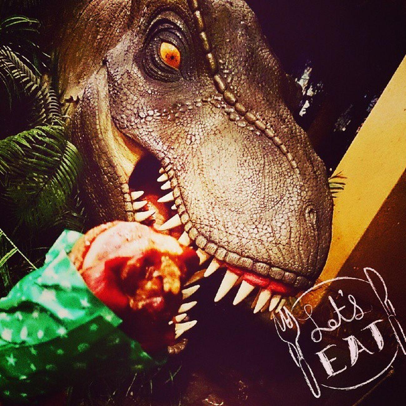 旅の思いでポロポロ USJでは極寒のなかターキーlegを食べようとしたけど。 近くに恐竜いたから餌付けに挑戦(゜ロ゜;ノ)ノ なかなか迫力あって怖かった。 大昔こんな恐竜と戦ってたと思うと。 遠い遠いご先祖様に感謝だな…(^人^) 大阪の旅スタート 楽しかったなぁ 旅の始まり 旅の編集後期 USJ ジュラシックパーク ターキーレッグ 餌付け LetsEat Yammy  恐竜 大迫力 思い出ぽろぽろ