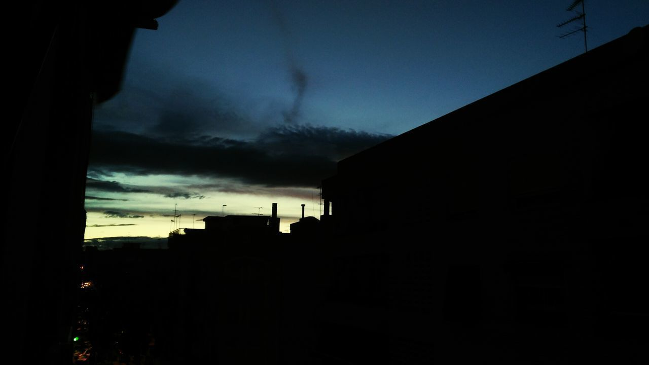 El sabio nunca dice todo lo que piensa, ya que siempre piensa antes todo lo que diceSilhouette City No People Sky Night Outdoors Cloud - Sky Atardecer Sunset Sunset Silhouettes From My Point Of View From The Window
