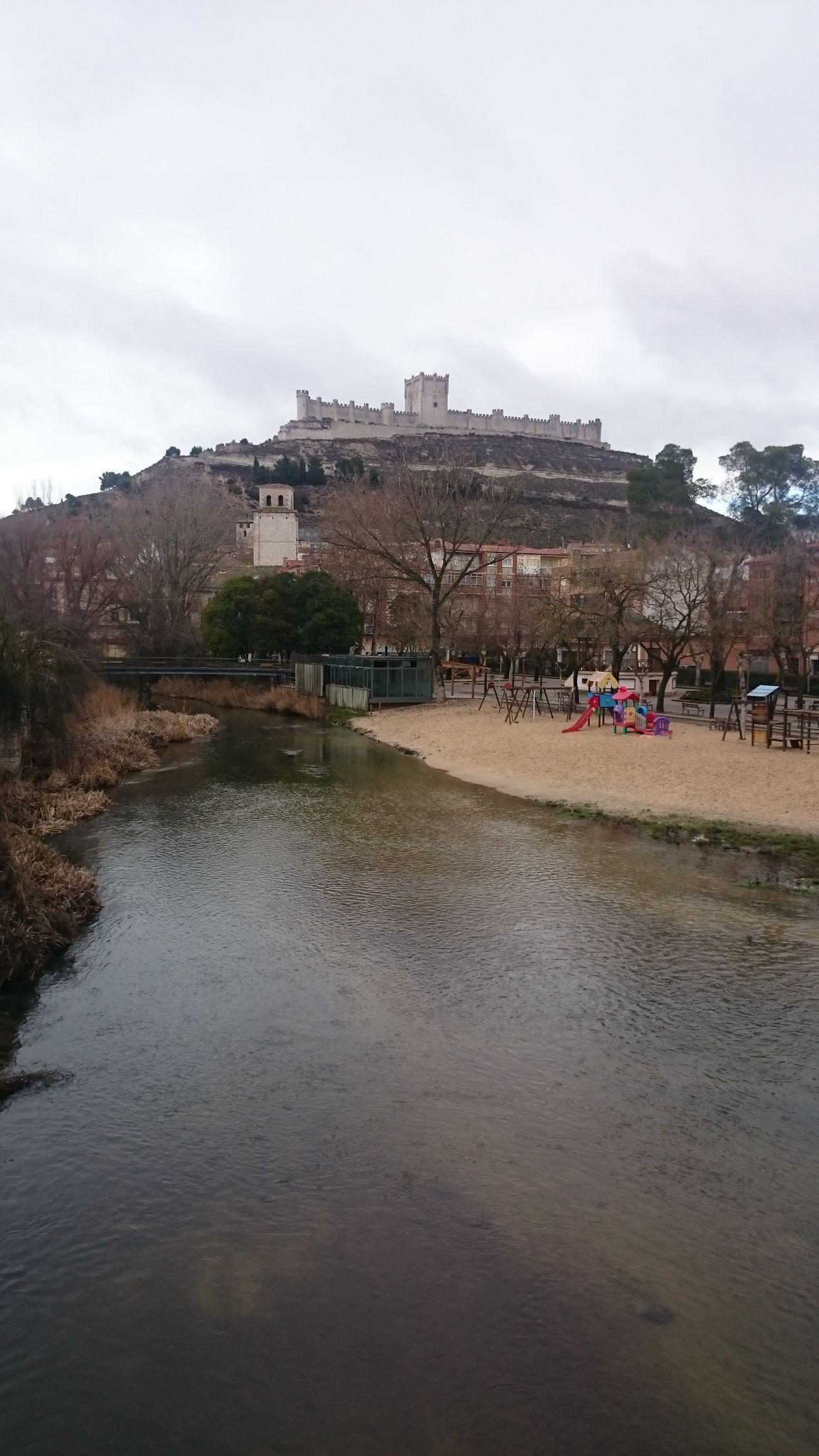 Una Vista del Rio y de fondo el Castillo De Peñafiel