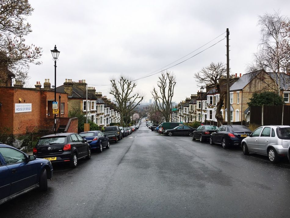 San Londres. Car Land Vehicle Transportation Street Building Exterior Mode Of Transport Tree Built Structure Sky Architecture Road Stationary Cloud - Sky Parking No People Outdoors City Steep Hill Skyline London Day