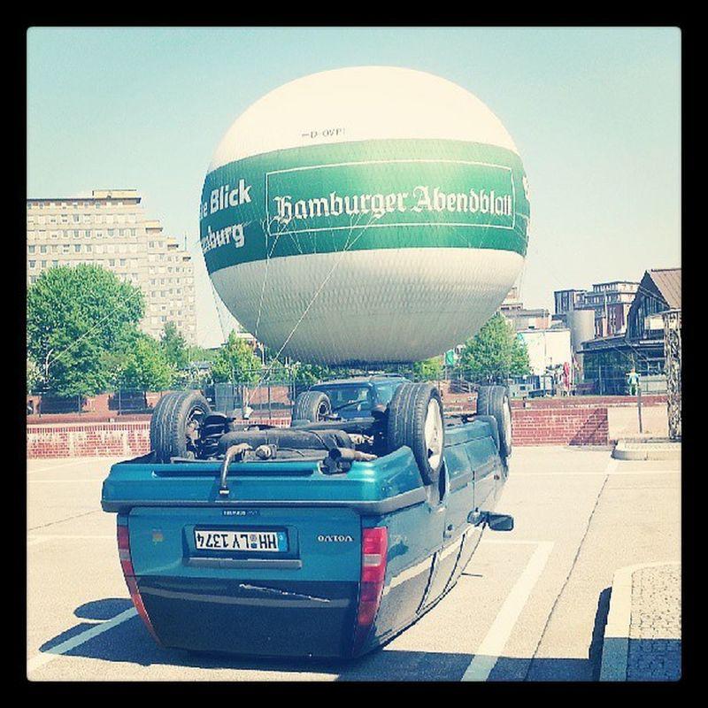 Auto auf dem Kopf und Heißluftballon - Hh Hamburg