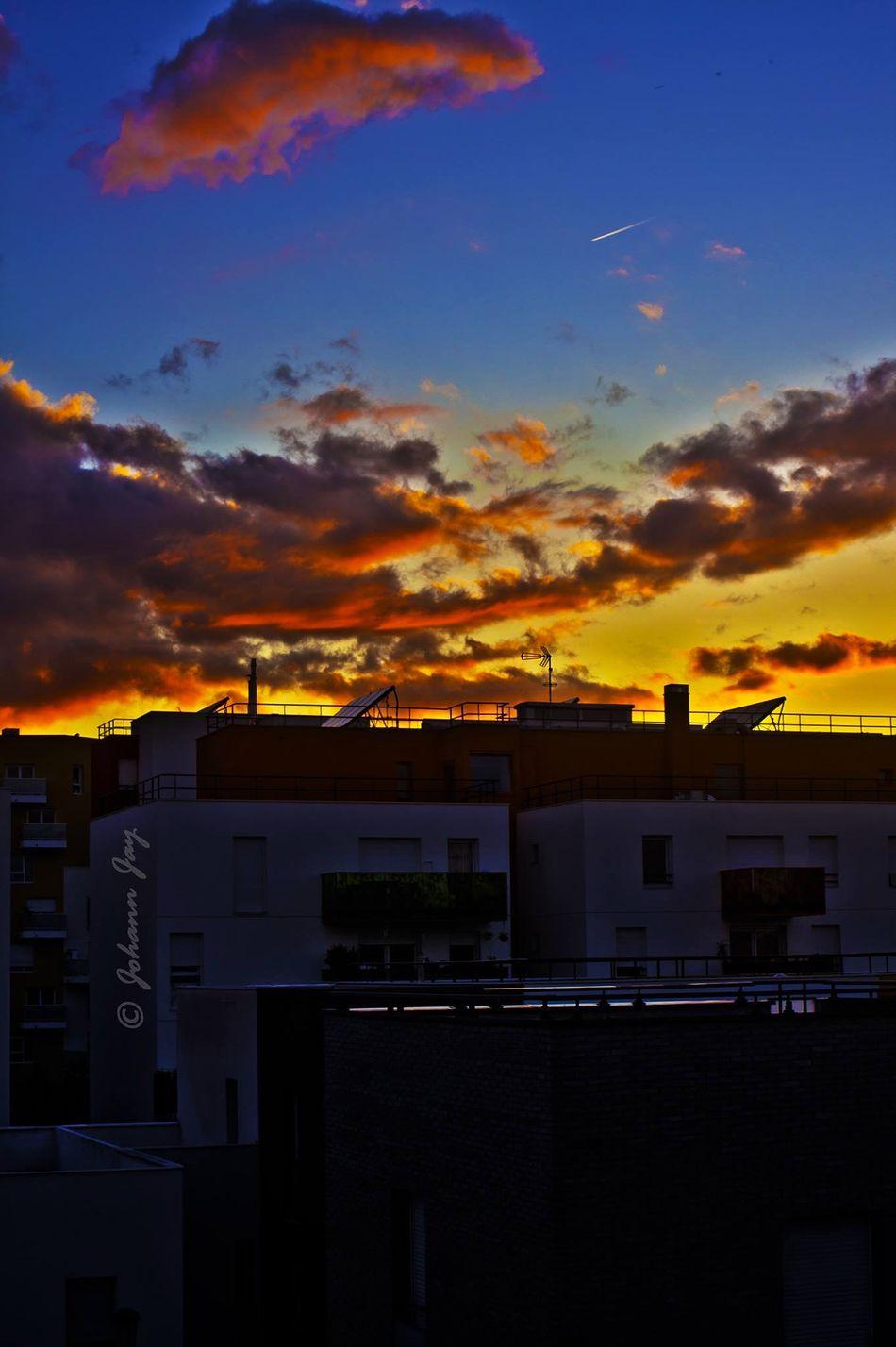 Coucher De Soleil Ciel Ciel Flamboyant Sur La Ville  Urban Geometry Arbunisme Ambiance Du Soir Lumière Du Soir Entre Ombre Et Lumiere Crépuscule
