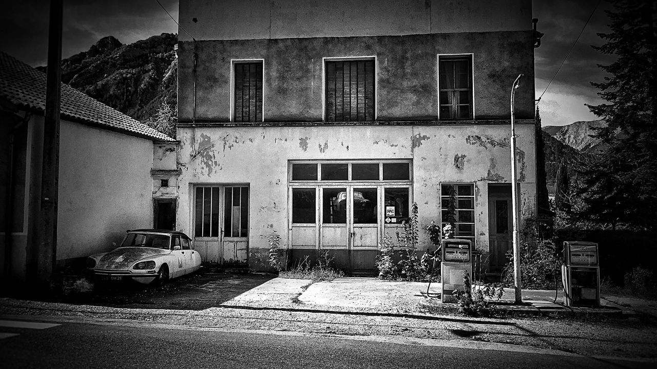 Vintage Classic Car Citroën DS Citroen Gas Station Street Photography Streetphotography Abandoned Places Abandoned France Drôme Urbanphotography Urban Urban Photography Blacknwhite Blackwhite Blackandwhitephotography Blackandwhite Black And White Photography Black And White Collection  Black And White Black&white Blackandwhite Photography MeinAutomoment
