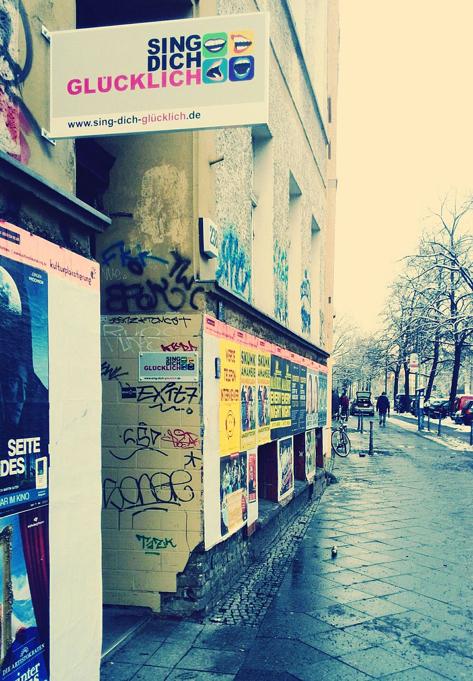 Relaxing Taking Photos Happy Enjoying Life Hanging Out Quality Time What I Value Walking Around Prenzlauerberg Streetphotography PicofthedaySinging Hobby Love Is In The Air Streetart Urban Berliner Ansichten Sunday Architecture Building Wohnglück Graffiti City Check This Out Winter