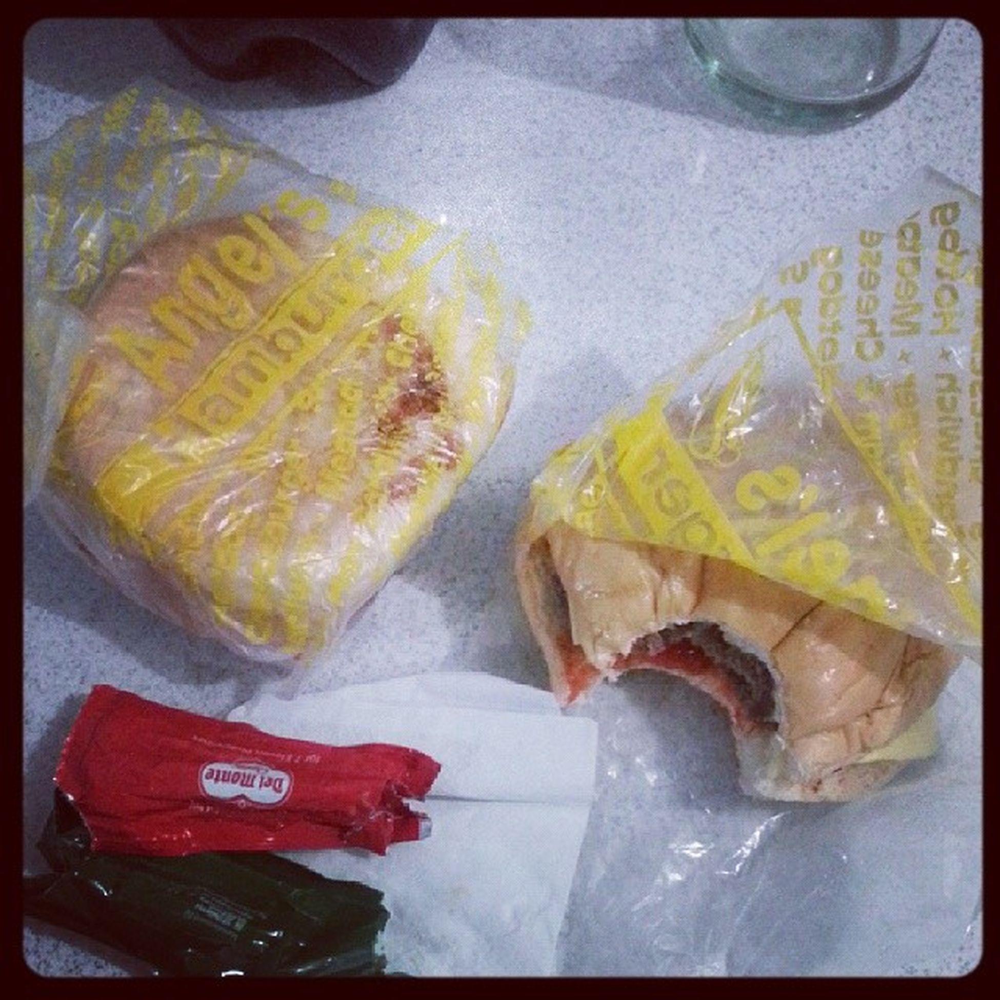 Midnight snack... eh sa eto lang ang pinaka malapit sa bahay e. Angels burger. Sa unang kagat tinapay. Solb Busoglusog Ipalukongay Masingo