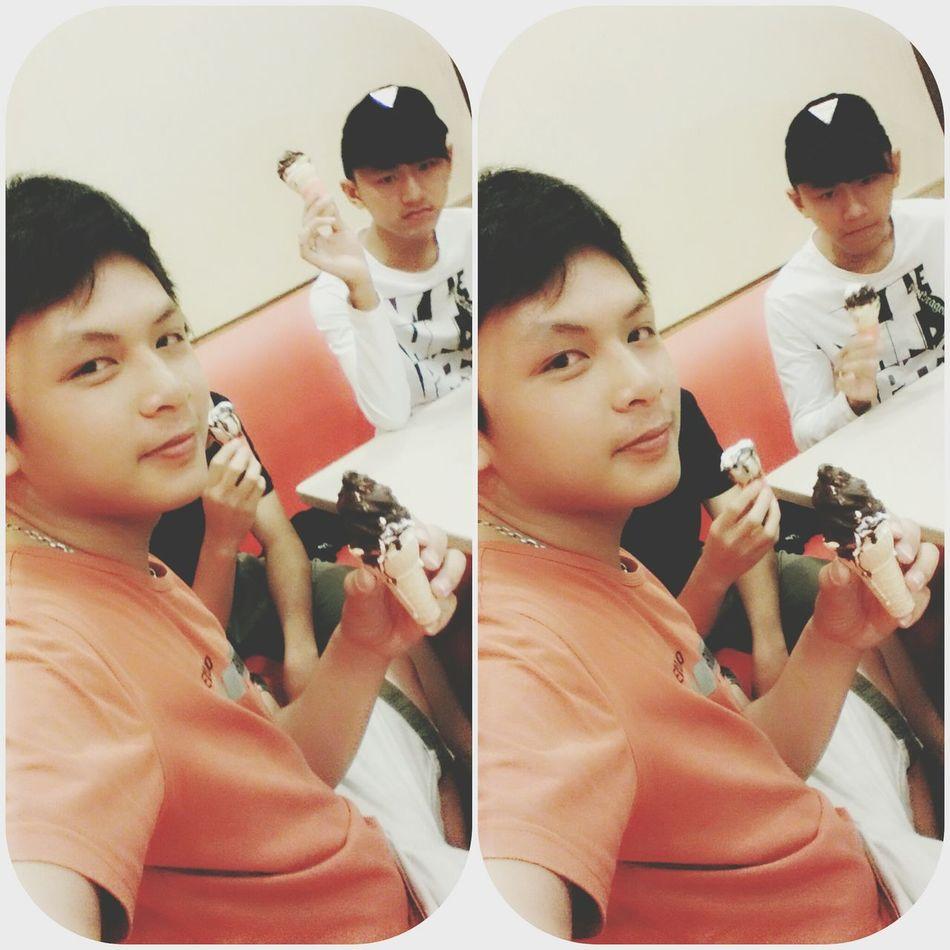- Hi :) . I'm TriHo and I'm eatting ice cream :D Ice Cream