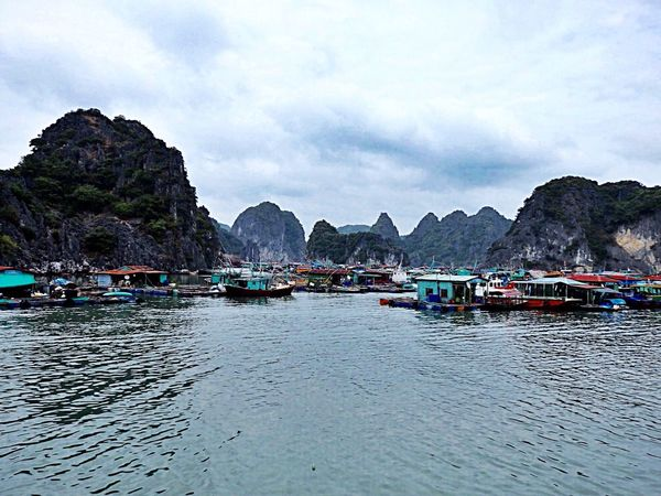 Ambiance mystérieuse sur la baie d'Halong🌫 Nature Photography Darkness And Light Houses Fisherman Flottant Sur L'eau Halongbay Halong Bay Vietnam Vietnam
