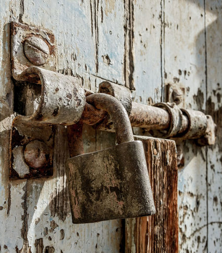 Keep your beloved locked up in your heart Metal Saint-valentin Love Streetphotography Eyeemphotography Eyemnew Tunisiancommunity Tunisialive Photograph EyEmNewHere Outdoors Streetphoto_color Old Ruin History Ancient History Tunisian_way City Sunlight Door Locked Up