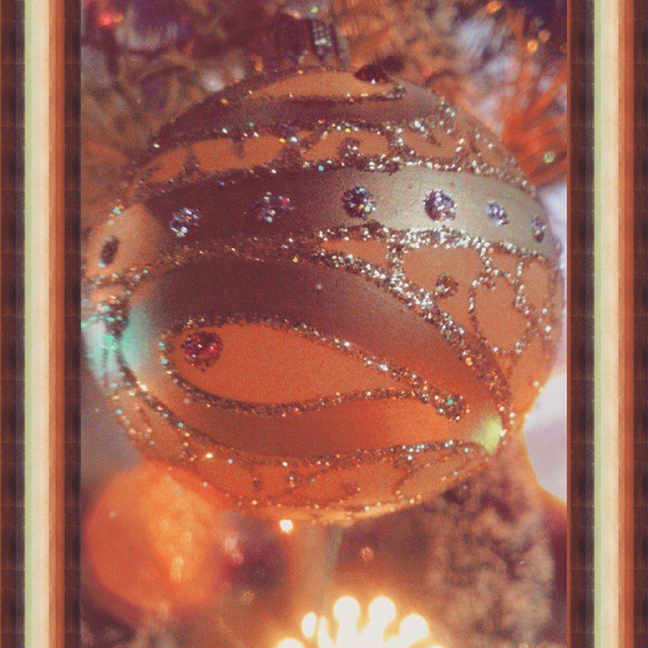 Всех с Наступающим новым годом :) а вы уже украсили елочку ? :) новый год шарик украсила елочка новогоднее настроение праздник огоньки