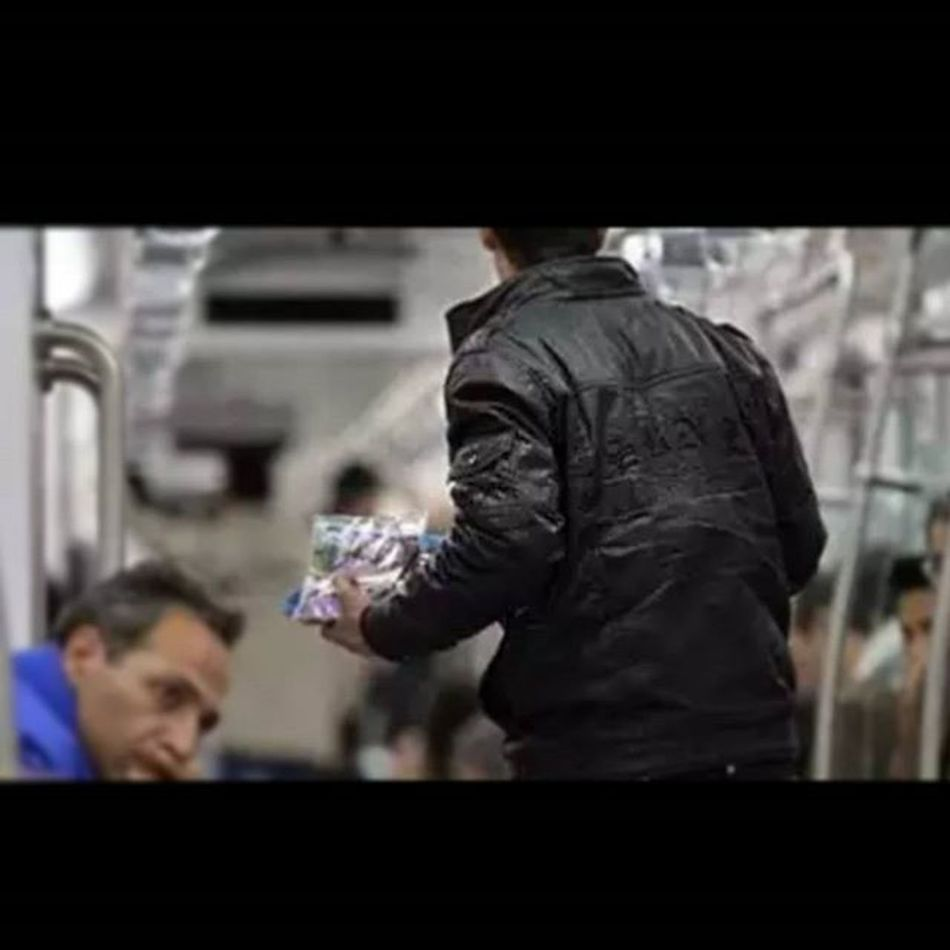 . . . پسرک دست_فروش در مترو . . . امروز سوار بر مترو به سوی مقصدی رهسپار بودم ، در حالتی که غرق در مطالعه مقاله ای بودم پسرکی دستفروش صدایم کرد و گفت : عمو این در باز میشه ؟ گفتم بله عزیزم و چون خیلی کوچک بود، در را برایش باز کردم . . . در که باز شد خواست از در عبور کند اما به ناگاه برگشت و در بسته شد . . . گفت بگذار صبر کنم تا خواهرم بیاید و سپس برگشت عقب و در راه پله صدا زد ... خواهری ... خواهری ... بیا . . . خواهرش هم دوان دوان آمد ... او هم کوچک و خردسال بود و در دستش بسته های آدامس ... برادر دست خواهر را گرفت در قطار ناپدید شد . . . هر چند پسر بچه کوچک بود و از جبر روزگار دستفروشی می کرد اما از دیدنش دریافتم که مردی است در جسم کوچک یک نوجوان . . . باور دارم خدا پشتیبان او و خواهر کوچکش هست و خواهد بود . . . مترو تهران مترو_تهران نوید_کمالی Tehran Metro Tehrangram Navidkamali
