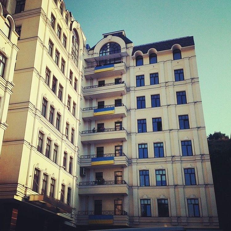 Круто! На 1+1 даже на балконах наши украинские флаги висят. UA