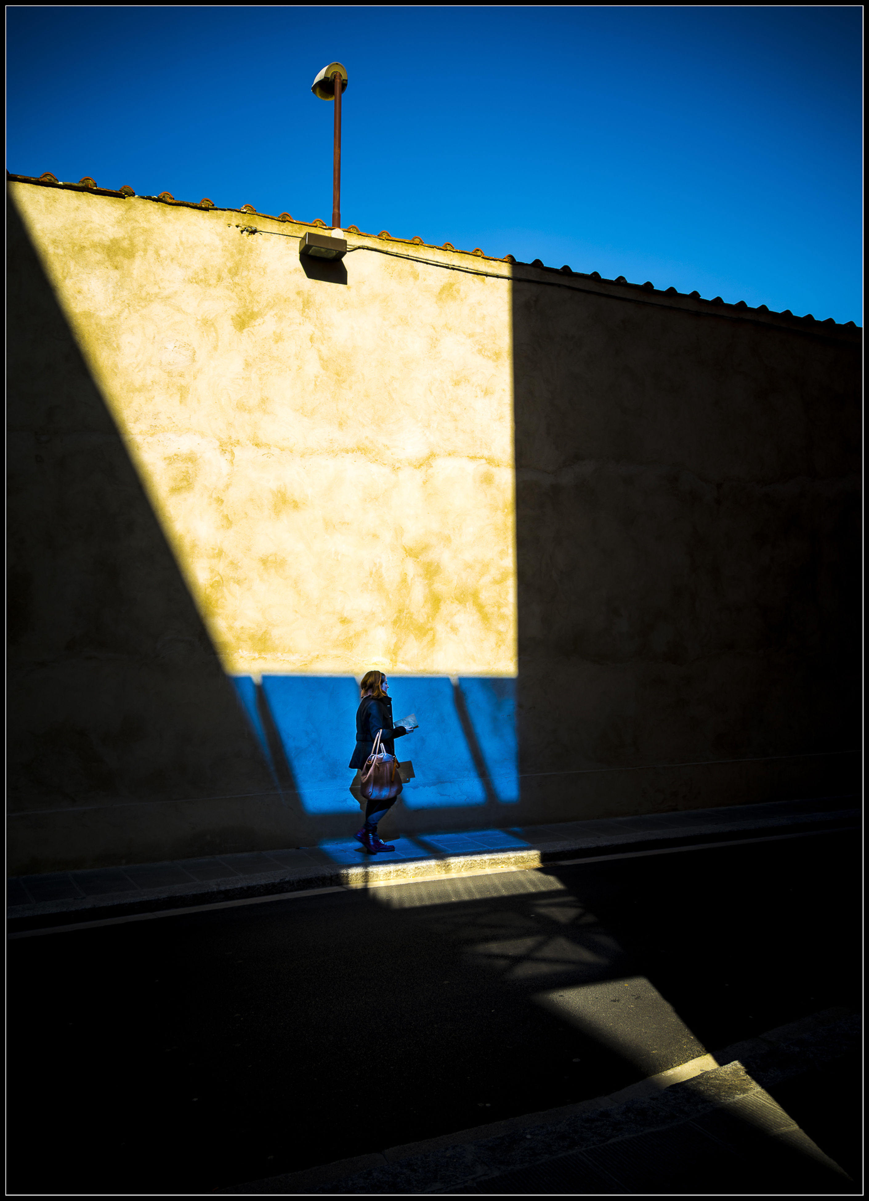 shadow, sunlight, architecture, blue, built structure, outdoors, day, real people, building exterior, one person, clear sky, sky, people
