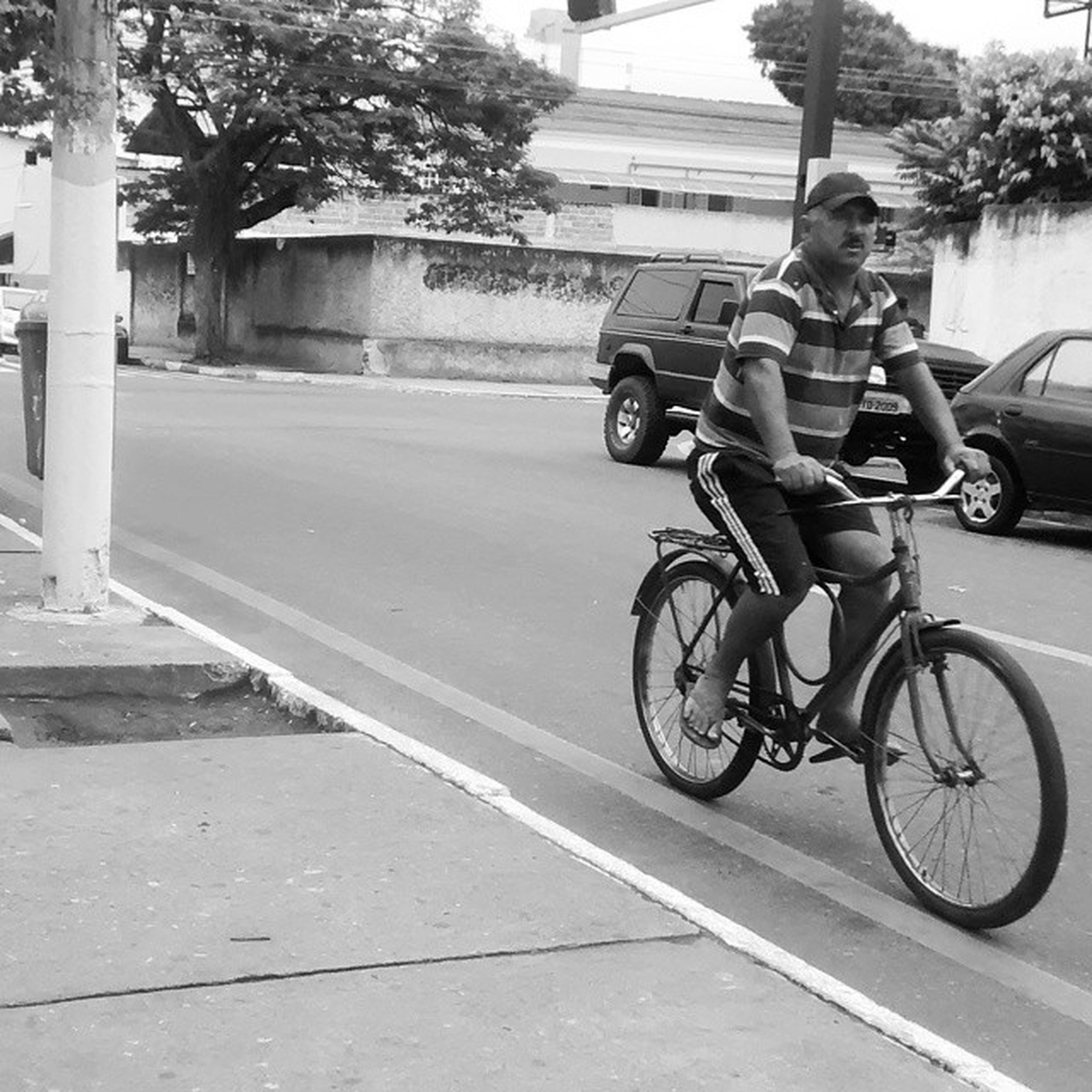 bicycle, transportation, land vehicle, mode of transport, riding, street, full length, lifestyles, stationary, cycling, road, tree, side view, leisure activity, travel, parking, on the move, parked