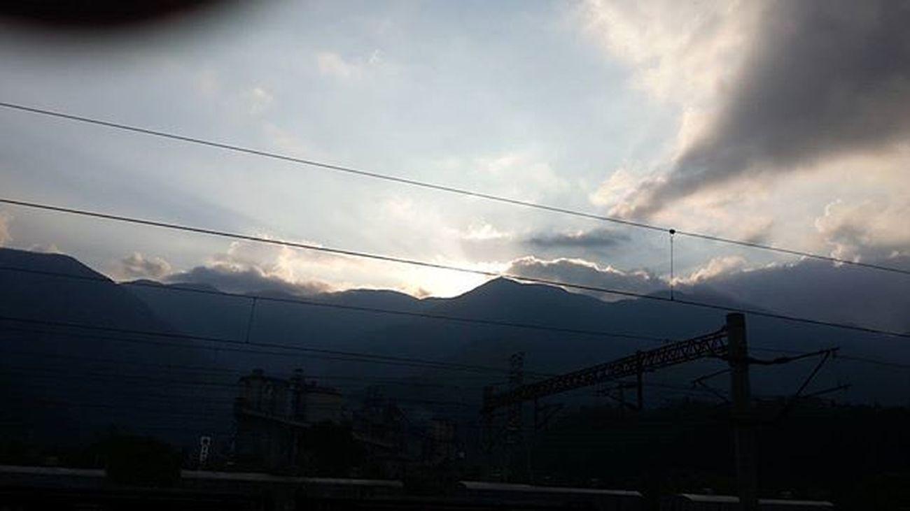 太陽下山了,我也回學校了,即將開始新的一學期,原來十點才到校喔。 我與士綺 下山了 美麗
