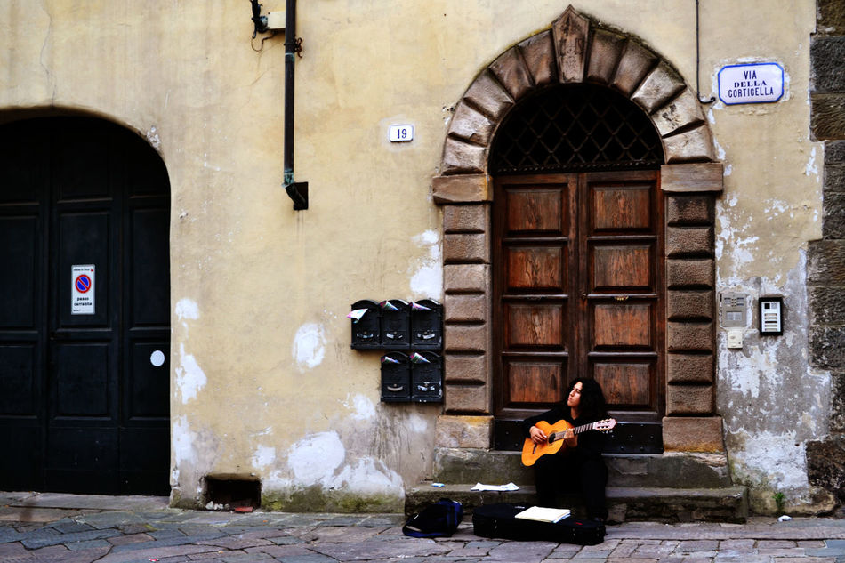 Arch Architecture Building Built Structure City City Life Day Door Entrance Exploring Tuscany EyeEm Best Shots Greetings From Italy Lifestyles Music Musician Outdoors Street Musician Street Musicians Street Photography Streetphotography Traveling Traveling Photography Tuscany Street Stories