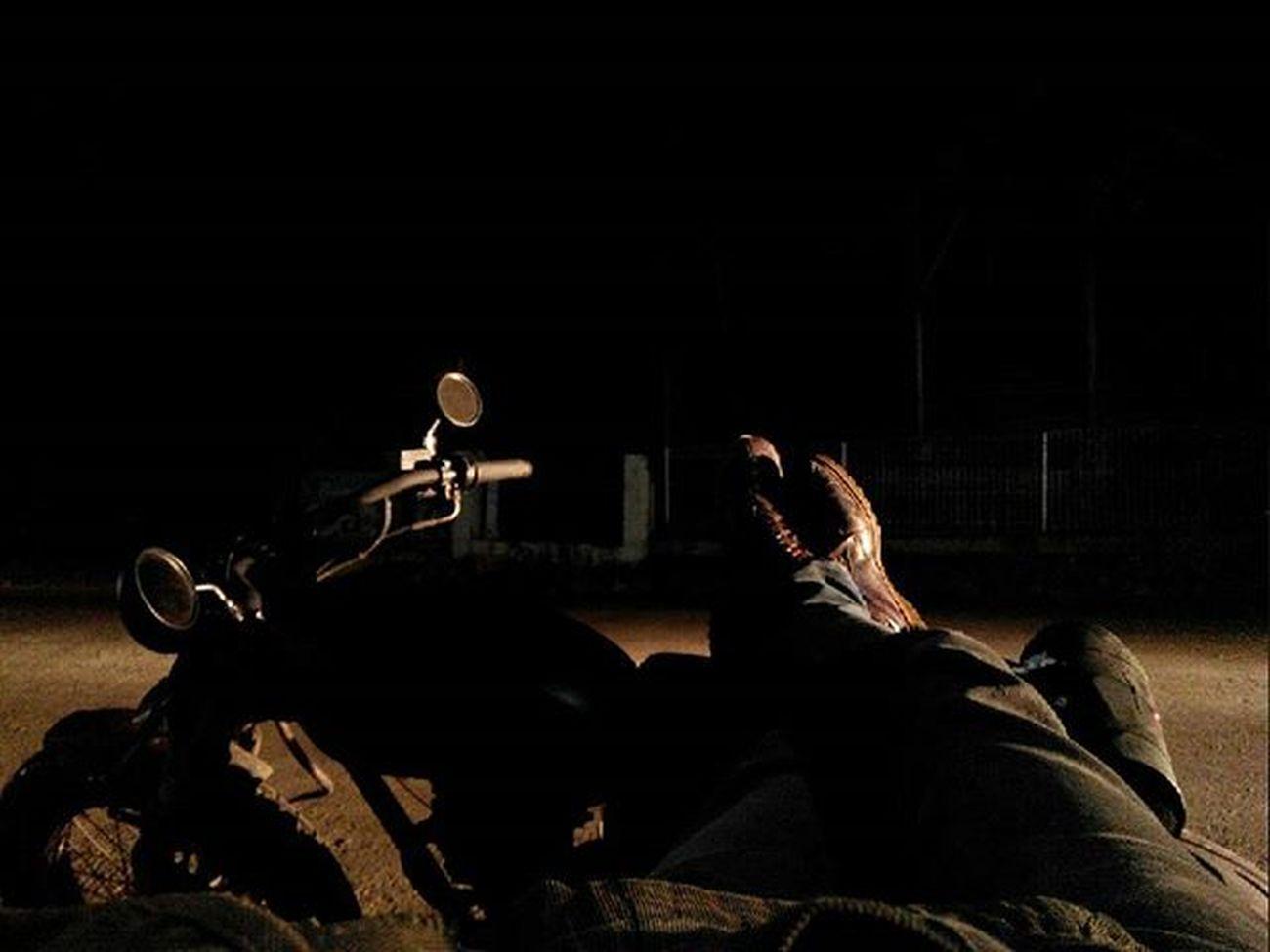 cerita hari ini : sekitar 30menit yang lalu akhirnya parkir dengan kondisi : - paking head depan + samping jebol - oli entah nyisa brp tetes - kampas kopling tipis - baut shock depan kanan entah kemana - bensin tipis, cuman bisa buat kumur - duit modal 2lembar, sisa 3 keping - sepatu kanan kiri penuh oli - jaket + penuh pasir ga jelas - tas beserta isinya dan seluruh kain yang nempel dibadan basah - rokok abis - kopi sachet nyisa 2 (lumayan msh bisa ngopi) - hp akhirnya nyala normal - charger eror - bapak kost nagih - perut lapar - badan masih utuh - muka gitu gitu aja dan yang paling penting adalah BAHAGIAAA !!! dengan segala jenis cerita yang hampir ga masuk akal. Udahgituaja Linggarjati Kuninganjabar keren abisss !!! Bukancurhat Pengenpameraja Maklum Touringpemula Jarangjarang Yangpentingbahagia Besokmahpedulisetan sampai nanti...bila diperkenankan...🙏 Lenovotography Pocketphotography Nightlight Classicbike CB100 Silhouette Photostory Lzybstrd