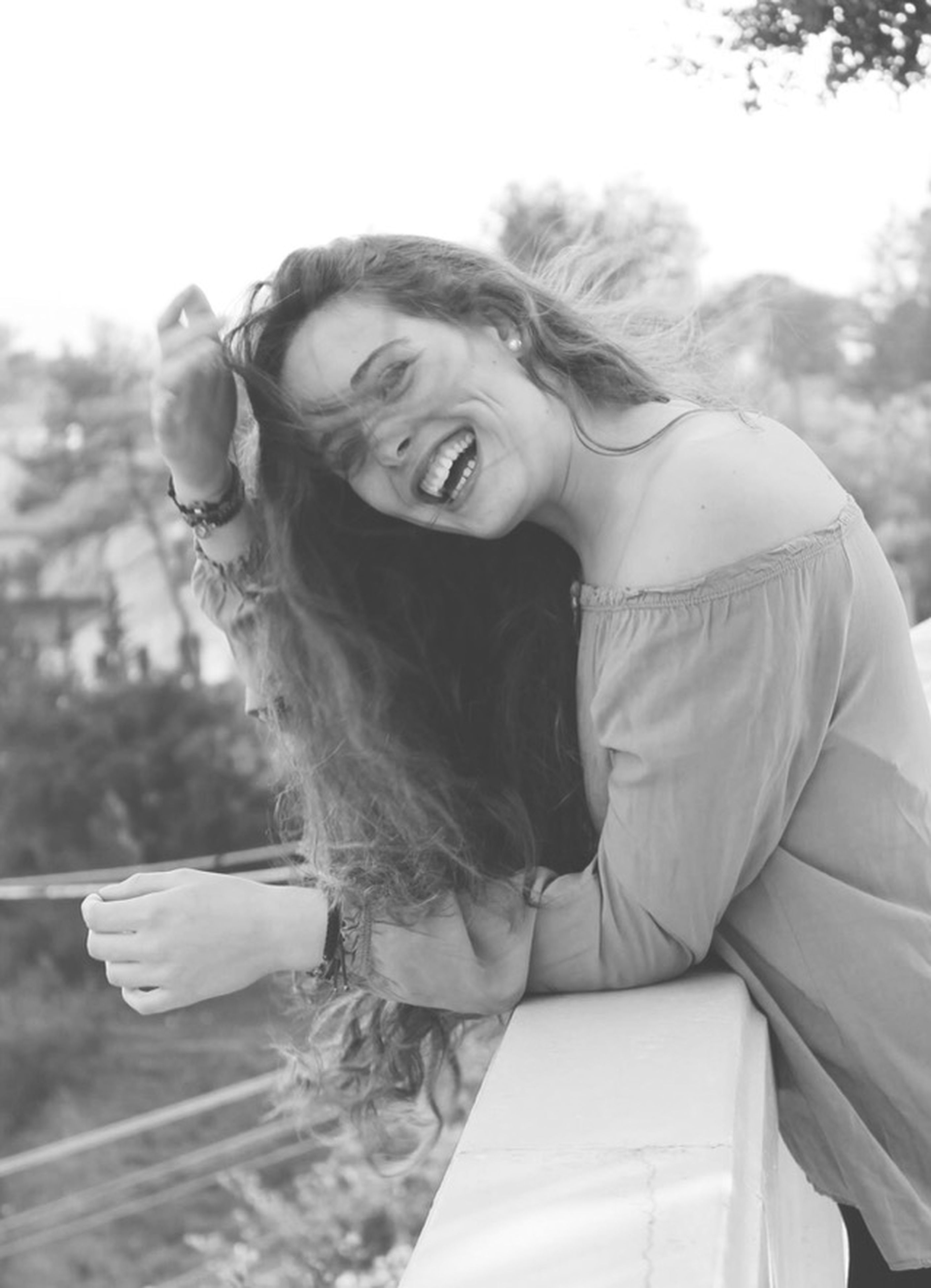 person, lifestyles, young adult, focus on foreground, leisure activity, headshot, casual clothing, young women, looking at camera, portrait, front view, long hair, waist up, day, smiling, tree, head and shoulders