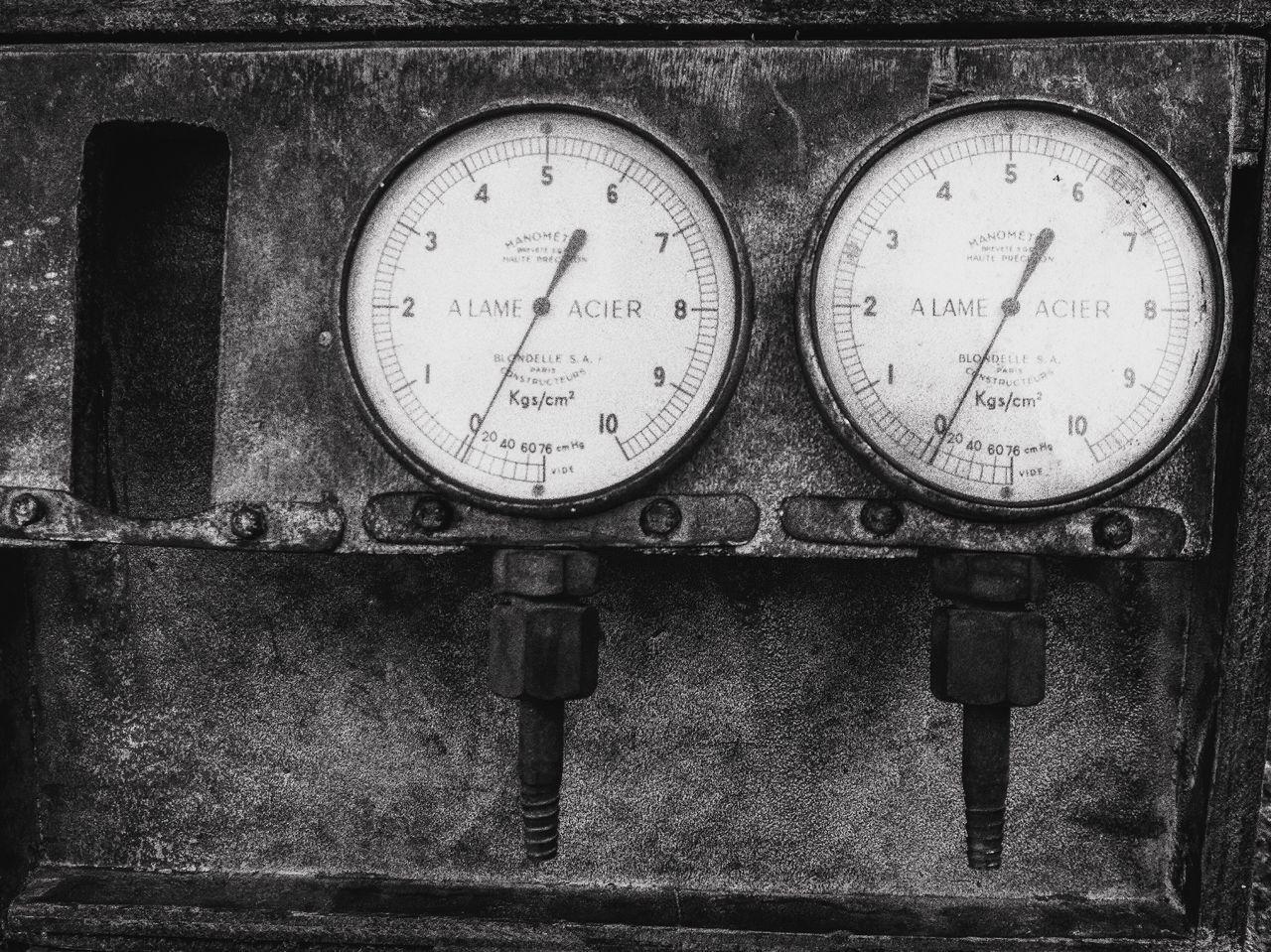 Cadrans usine Meter - Instrument Of Measurement Gauge Pressure Gauge No People Close-up Abandoned Technology Indoors  Day