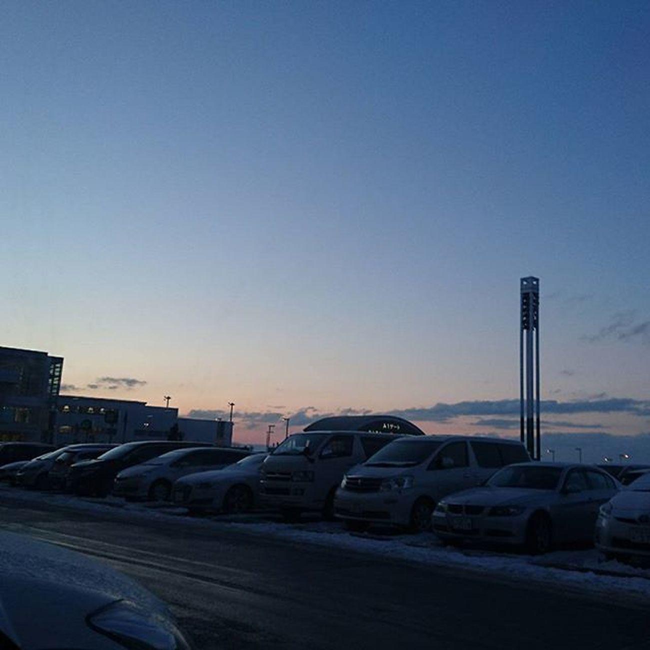 なおphoto 昨日のphotoから 空港の駐車場 中古車展示場みたい(笑)