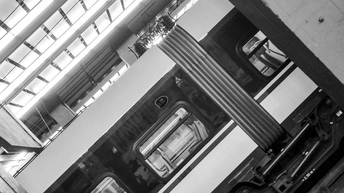 Still waiting Taking Photos Blackandwhite Train Station Train Station Wagons Tren Sheldoncooper Enjoying Life Statue Pila Pilars Union Urban Urban Geometry Urban Landscape Urbanphotography Streetphotography Urbex On The Way