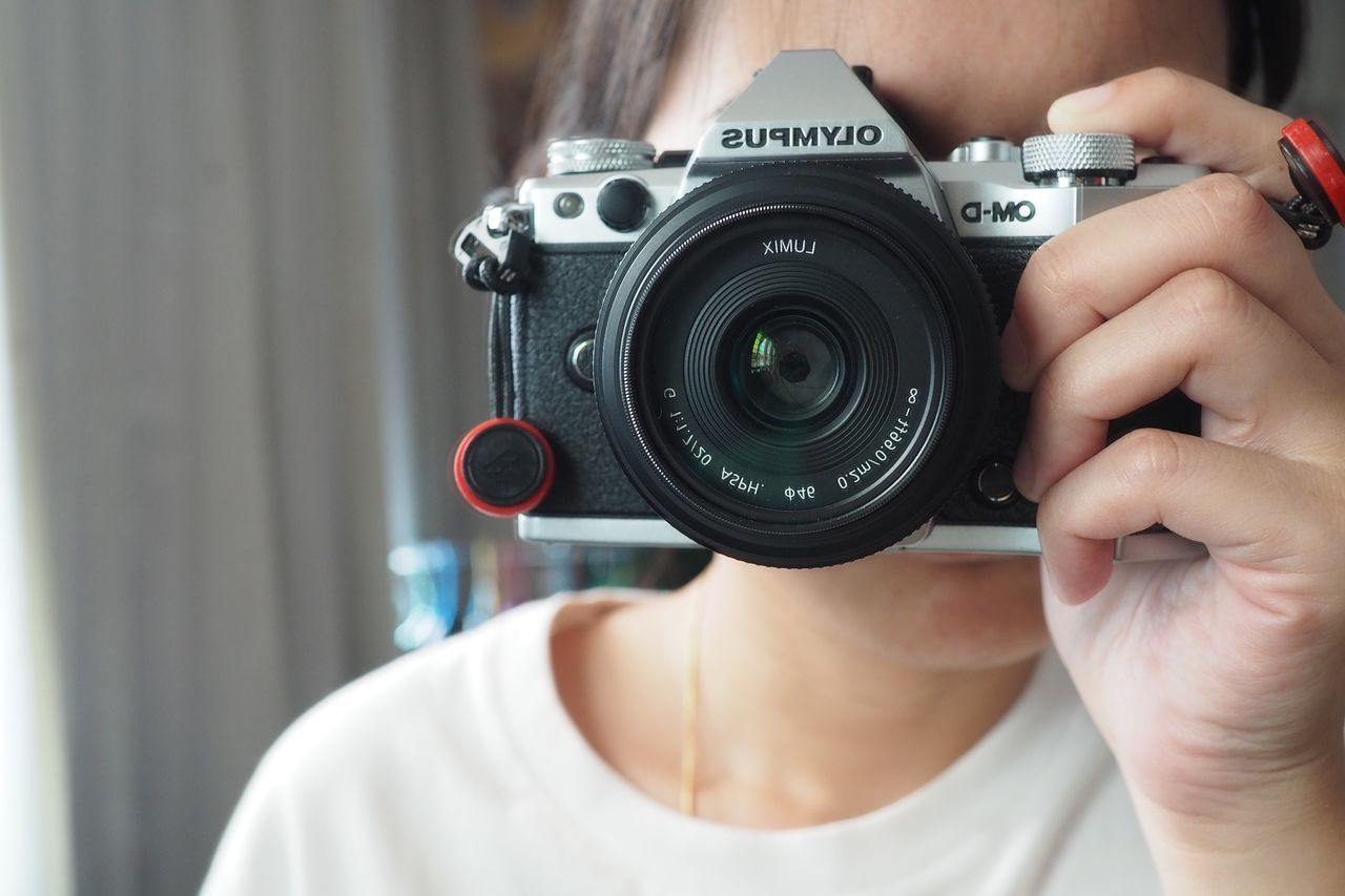 Photography Themes Camera - Photographic Equipment Photographing Technology Holding Close-up Leisure Activity Photographic Equipment SLR Camera One Person Women Digital Camera Photographer Human Hand Human Body Part Indoors  Day People