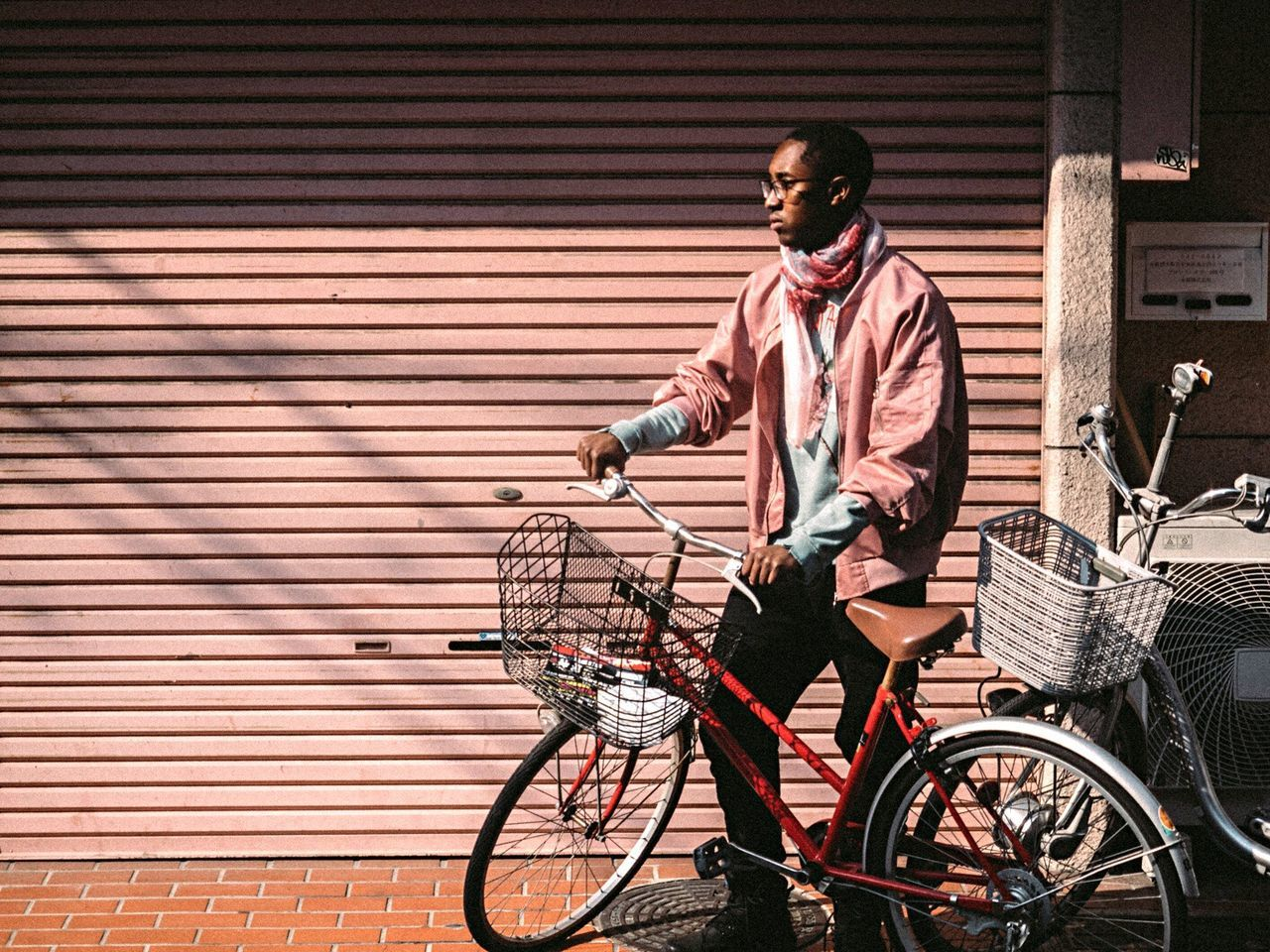 bicycle, transportation, only men, cycling, mode of transport, mid adult, commuter, riding, one man only, adult, young adult, one person, adults only, one young man only, standing, day, people, business, men, real people, city, outdoors, businessman