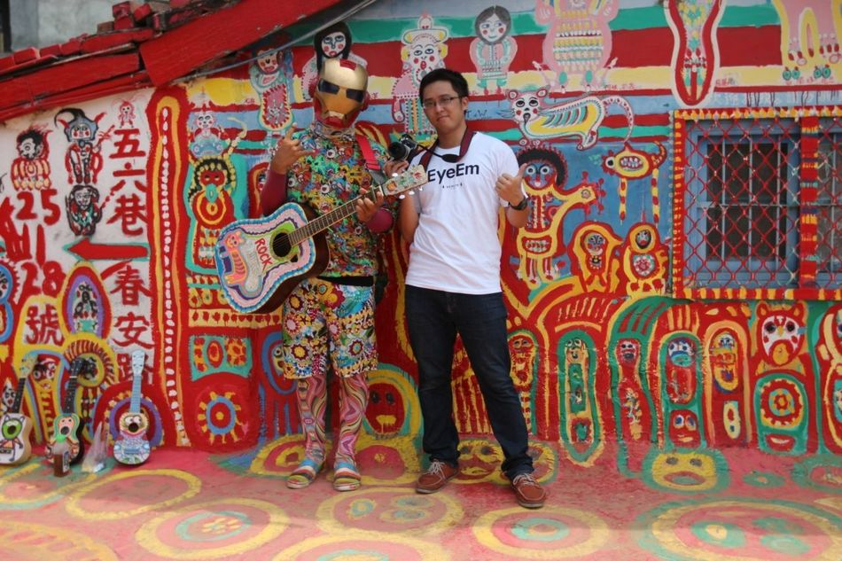 That's Me with Rainbow man. 彩虹眷村