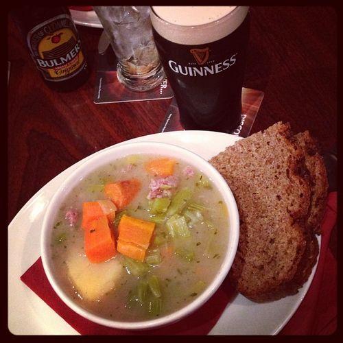 Tradiditional lunch: Irish Stew with a pint of Guinness... #tbex Stew Instafood Beer Cidre Lunch Brot Travelblog Travelblogger Food Bulmers Essen Lovedublin Pub Tbex Travel Dublin Guinness Sinnotts Bier Irishstew Cider Sinnotsbar Foodporn Reisen