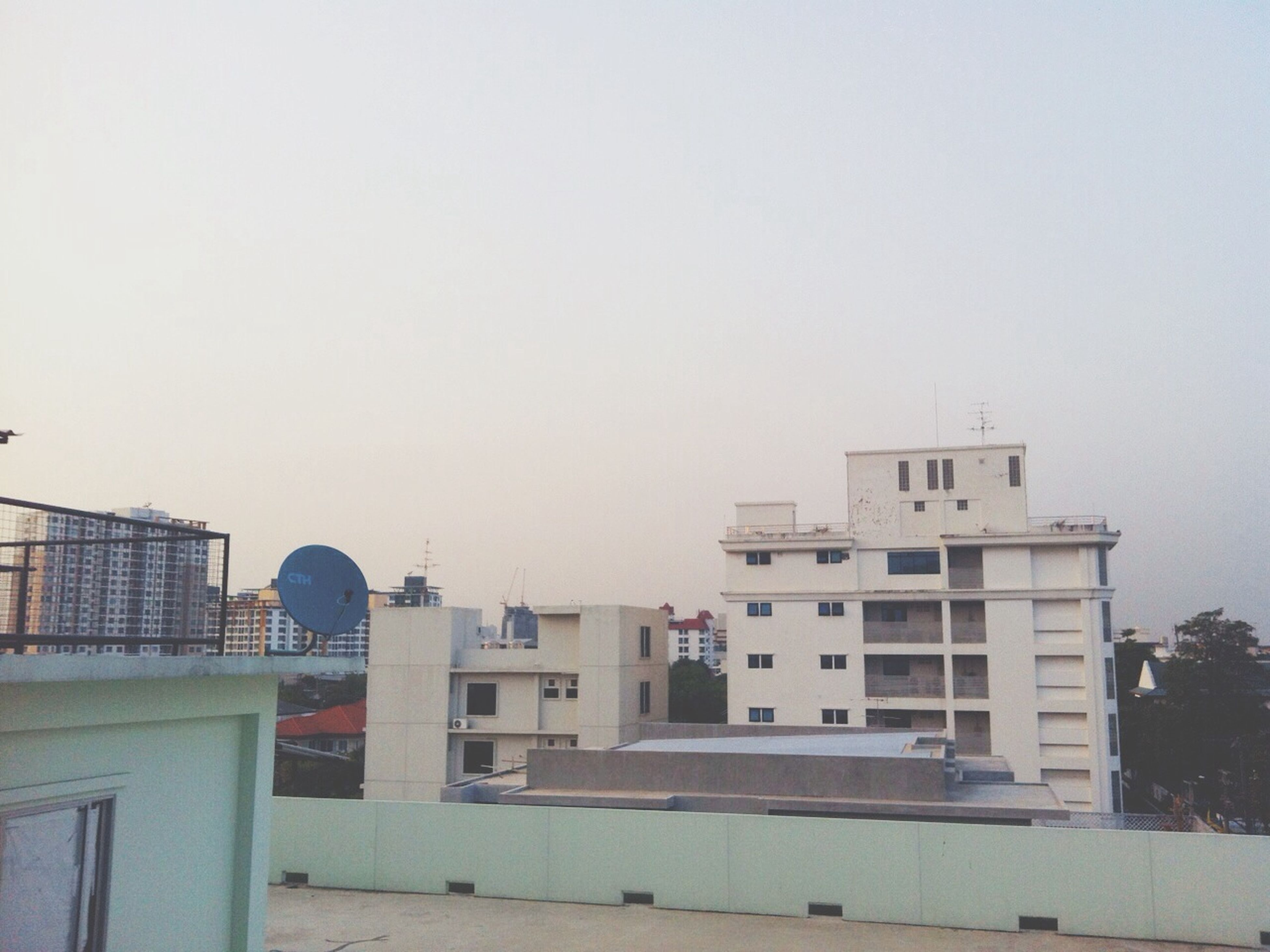 building exterior, architecture, built structure, clear sky, copy space, city, building, low angle view, day, sky, outdoors, residential building, residential structure, railing, no people, city life, window, street light, overcast