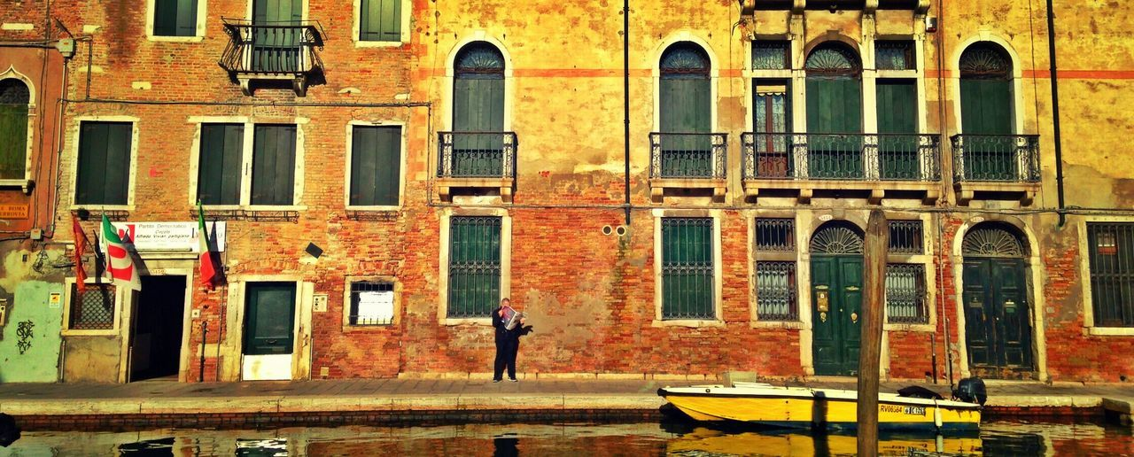 The golden Autumn colors warming up the loneliness of you. Venice Golden Light Autumn🍁🍁🍁 Outdoors Yellow Wanderlust Wanderlusting Travelgram Travelblogger Writerblog Travelling Writergram Travelblog Bluesjeans Writersofeyeem Italy❤️ Building Exterior Architecture Built Structure City