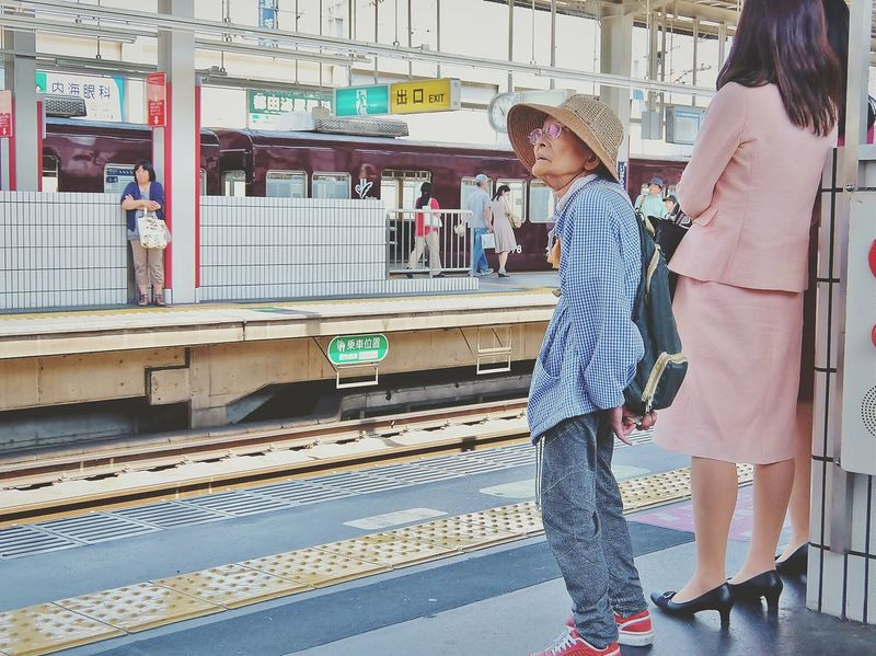 ギンガムのシャツに真っ赤のスニーカー...gingham check shirts and red sneakers😄💕 Snapshots Of Life My Country In A Photo Japan Streetphotography People Taking Photos Our Best Pics The Important Thing Is To Participateなんちゃってmission The Moment - 2015 EyeEm Awards 蔦裊裊 Natural Light Portrait On The Way にわか鉄子 Colour Of Life People And Places TakeoverContrast Snap A Stranger The Portraitist - 2015 EyeEm Awards