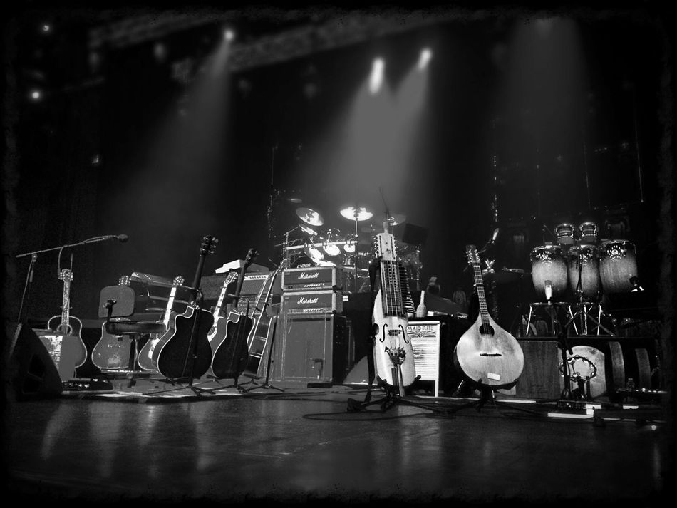 A noite promete ser boa, visto os instrumentos em palco. Concerto de Joe Bonamassa! Concert Blues Music Rock My Smartphone Life Showing Why I Could Be An Open Editor
