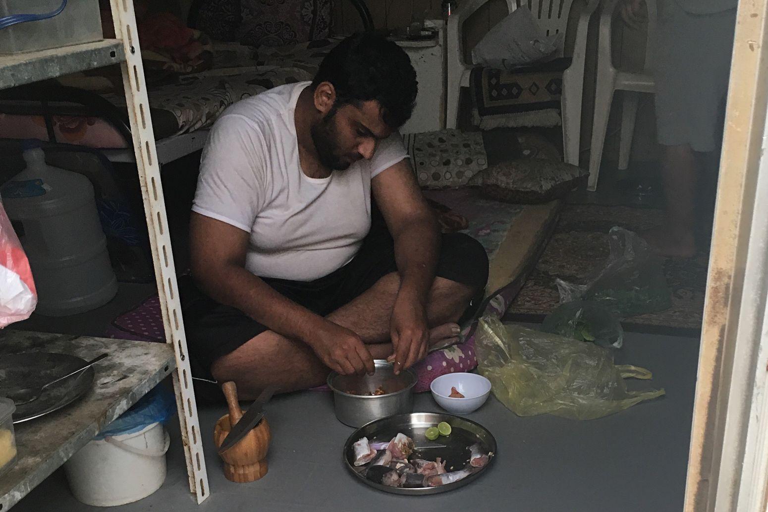 Saudi Saudi Arabia Food Room Indoor Saudia One Man Only Ready-to-eat Cooking
