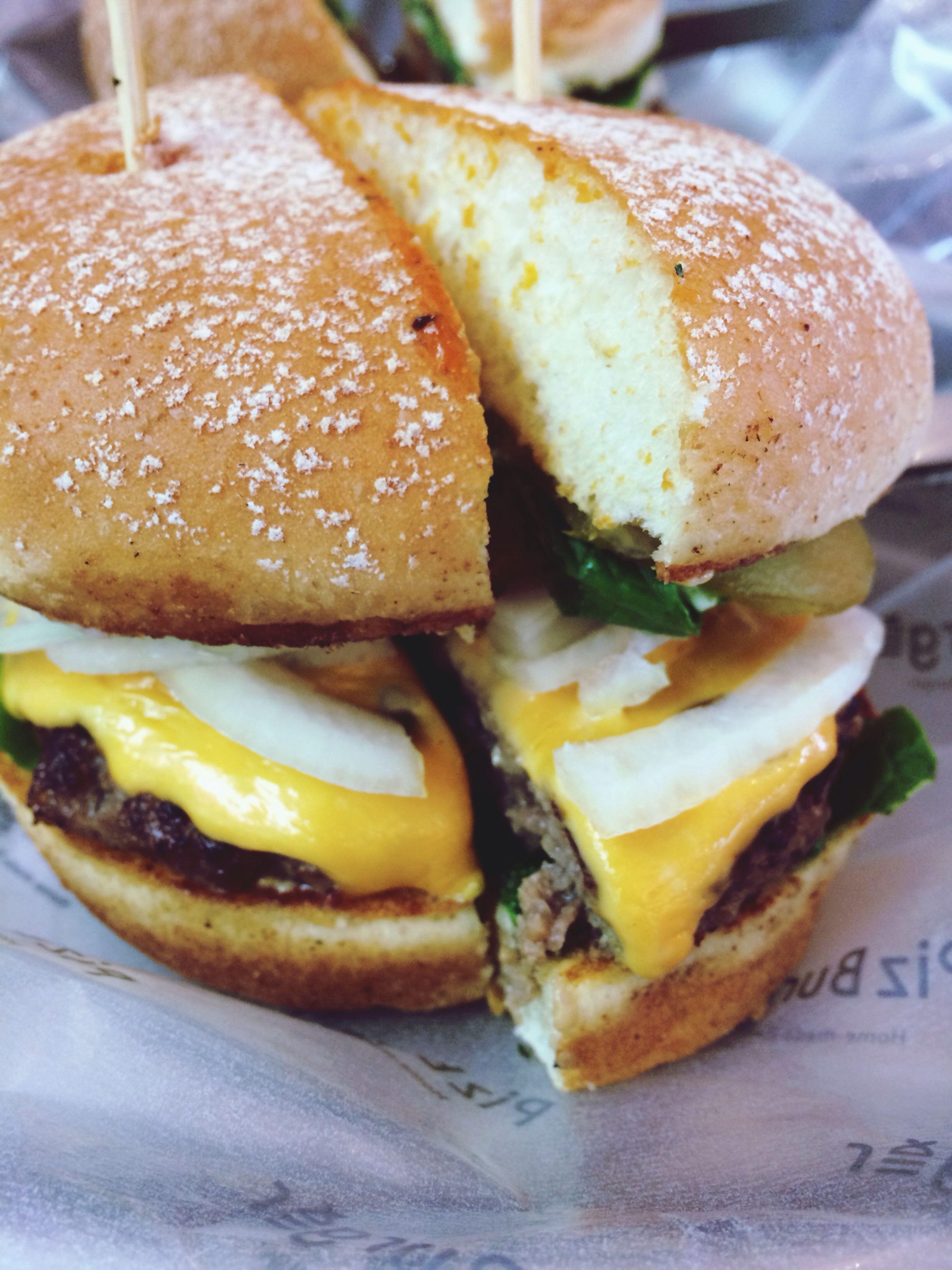 아침,점심,저녁을 다 밖에서 먹었네! 에구구 어제 오늘 지출이 크다. 그래도 햄버거 맛있네!