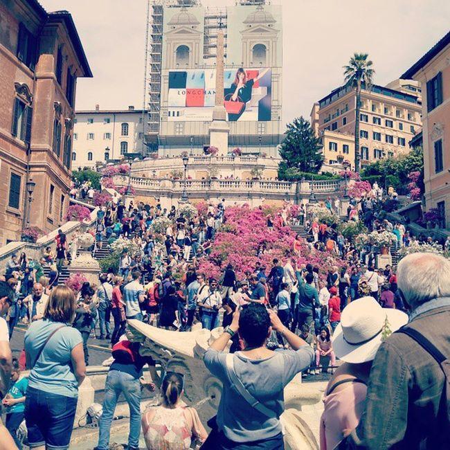 """로마의 휴일... 스페인광장에는 사람이 드글드글했다. 셀카봉 파는 사람들이 연신 외치는 """"셀피!""""하는 소리들은 조금 짜증도 나고.. 아. 그리고 오드리 햅번이 아이스크림 먹던 저 계단에서는 이제 아이스크림을 먹는게 금지되었다. Rome Roma Piazzaspagna 로마 스페인광장"""