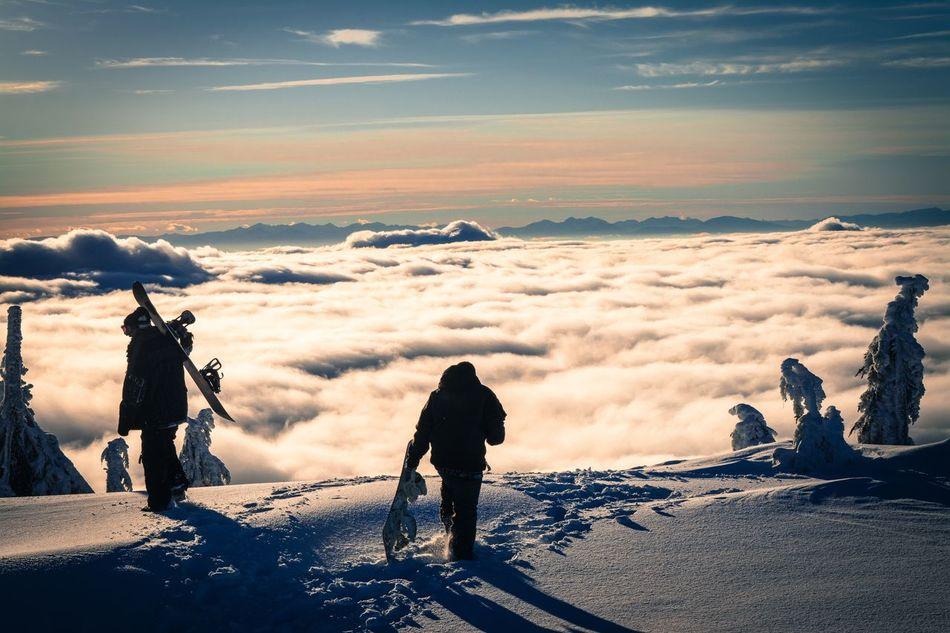 Non c`è niente al mondo come uscire su un incontaminato, aperto, vergine pendio di montagna sopra una spessa coltre di neve fresca in polvere. Da una sensazione suprema di libertà, di mobilità. Una grande sensazione di volare, come muoversi ovunque in un grande paradiso bianco. (Hans Gmoser) Canada Powderdays Powder Skiday Sunny Day Canadianwinter British Columbia Cypressmountain Behindboundery Neverstopexploring  OutsideIsFree Overvancouver Snowboard Snow Snowboarding Mountains Mountain