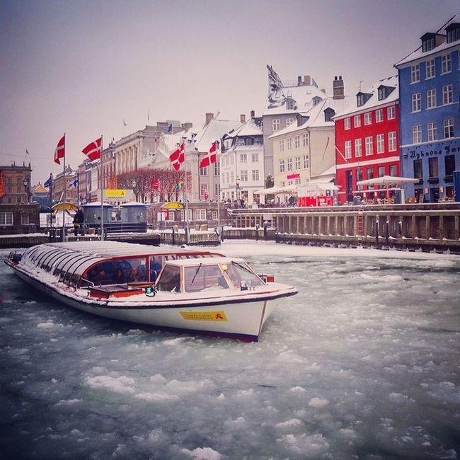 Frozen Nyhavn ❄️⛄️ #canaltours #copenhagen #ice #river #colorful Qx100 Igers_denmark Copenhagen Canaltours River Ice Denmark Winter Colorful Gf_daily Allshots_ Capture_today Mashpics From_city